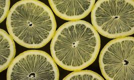 Limoni su fondo nero Immagini Stock