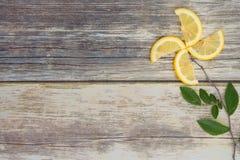 Limoni su un piatto di legno con lo spazio della copia Immagine Stock