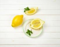 Limoni su una priorità bassa bianca dello studio Fotografie Stock