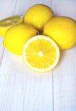 Limoni succosi su un fondo bianco Fotografia Stock Libera da Diritti