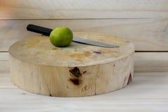 Limoni sui taglieri Fotografia Stock Libera da Diritti