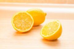 Limoni sul tagliere immagini stock