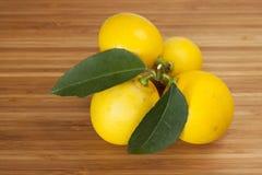 Limoni sulla scheda di legno Fotografie Stock