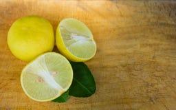 Limoni sulla vecchia tavola di legno Fotografie Stock