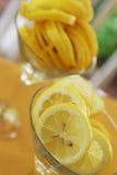 Limoni in un vetro del martini Fotografie Stock