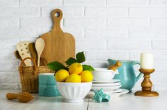 Limoni in una ciotola sulla tavola Fotografia Stock