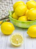 Limoni in una ciotola verde Fotografia Stock