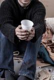 Limosnas que esperan del hombre sin hogar para fotos de archivo libres de regalías