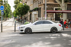 Limousine της Mercedes-Benz πολυτέλειας που διακοσμείται για το γάμο Στοκ εικόνα με δικαίωμα ελεύθερης χρήσης