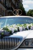 Limousine bianche di cerimonia nuziale decorate con gli anelli Fotografie Stock Libere da Diritti