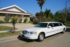 Limousine blanche à l'allée Photographie stock libre de droits