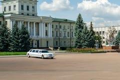Limousine blanche de luxe de mariage dans Khmelnitsky sur la place centrale image libre de droits