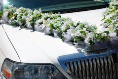 Limousine blanche de mariage avec des fleurs Image stock
