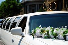 Limousine blanche de mariage avec des fleurs Images stock