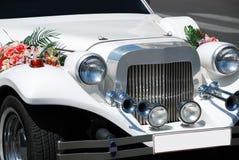 Limousine blanche de mariage avec des fleurs Photos stock