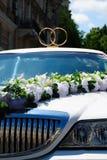 Limousine blanche de mariage avec des fleurs Photographie stock libre de droits
