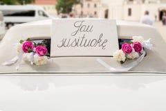 Limousine blanche de mariage décorée des fleurs Images libres de droits