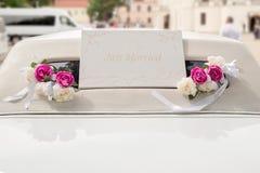 Limousine blanche de mariage décorée des fleurs Images stock
