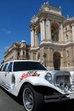 Limousine blanche de mariage près de la maison Photographie stock