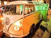 Limousine classique crème jaune de Volkswagen Coccinelle la nuit photos libres de droits