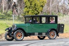 Limousine 1926 des Rugby-R, die auf Landstraße fahren Stockbilder