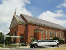 Limousine di allungamento davanti alla chiesa a Brooklyn Fotografie Stock Libere da Diritti