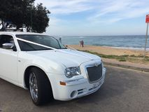 Limousine di nozze con il fondo della spiaggia sabbiosa Fotografia Stock Libera da Diritti