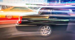 Limousine e taxi che accelerano in New York Immagine Stock Libera da Diritti
