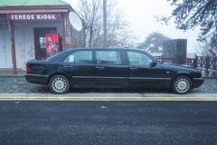 Limousine noire de benz de Mercedes à la rue Vue urbaine Phot de voyage image stock