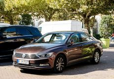 Limousine Volkswagen Passat garé dans la ville Image stock