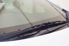 Limpador de para-brisa no carro da chuva Fotos de Stock