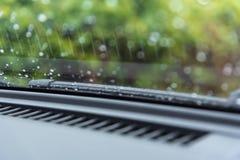 Limpador do carro para a gota da agua potável no para-brisa Foto de Stock Royalty Free