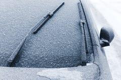 Limpadores do carro no para-brisa coberto com a neve fotografia de stock