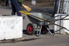 Limpando as ruas manualmente Imagem de Stock