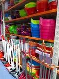 Limpando e cozinhando ferramentas na prateleira foto de stock