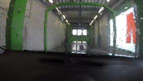 Limpando o carro na lavagem de carros video estoque