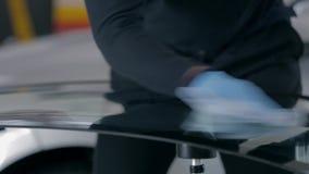 Limpando o pára-brisas com um pano branco video estoque