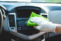 Limpando o painel do carro fotografia de stock royalty free