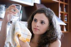 Limpando o vidro Foto de Stock Royalty Free