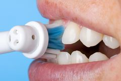 Limpando os dentes Fotos de Stock
