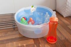 Limpando os frascos de bebê Imagem de Stock