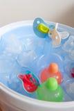Limpando os frascos de bebê Imagens de Stock Royalty Free
