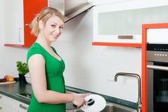 Limpando os pratos imagens de stock
