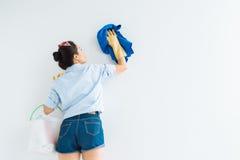 Limpando a parede branca fotografia de stock