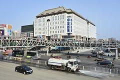 Limpando ruck pulverizadores molham na rua da compra de Xidan, Pequim, China Fotos de Stock Royalty Free
