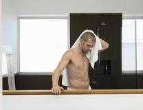 Limpando-se com a toalha após o banho Imagem de Stock Royalty Free