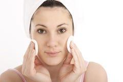 Limpando sua face Imagens de Stock
