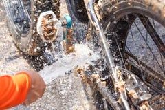 Limpando um Mountain bike sujo foto de stock royalty free
