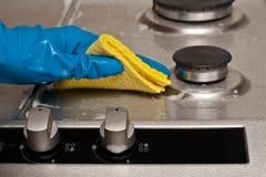 Limpando uma cozinha Fotografia de Stock