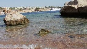 Limpe a água do mar e o litoral bonito com os barcos do branco do flutuador vídeos de arquivo